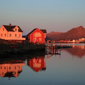 Hus speiler seg i havet by Karl-roger Johnsen - Uncategorized All Uncategorized