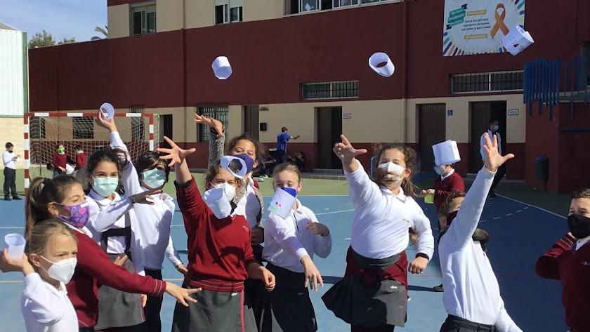Haciendo volar objetos de papel para descubrir el principio de sustentación.
