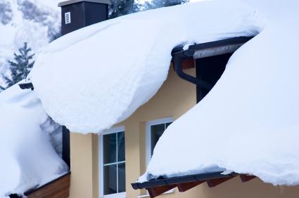 Czapy śniegu na dachu