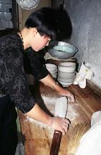 Photo: 03554 土城子/食堂/ソバ作り/切りソバ/水でねり、麺棒でのばして包丁切り。