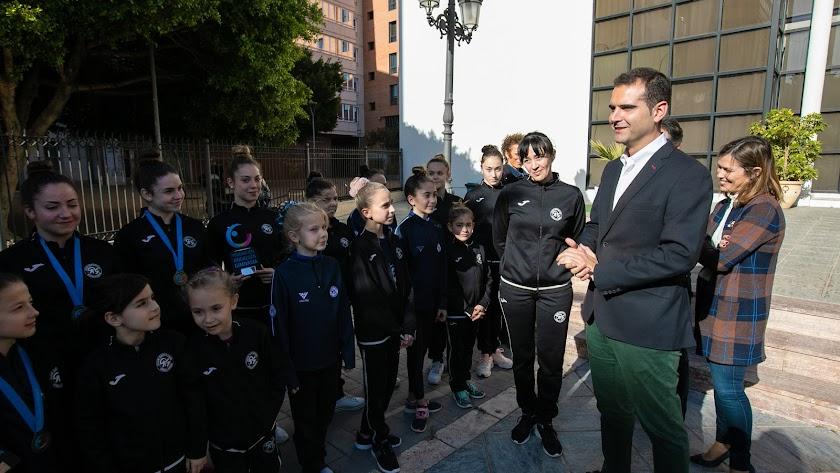 El alcalde de Almería recibe a un equipo de gimnasia.