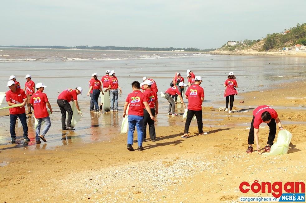 Hoạt động vệ sinh môi trường biển nhận được sự chung tay vào cuộc tích cực của các tổ chức đoàn thể