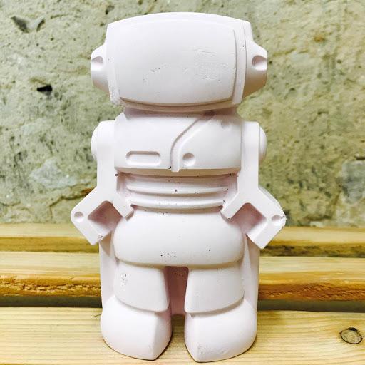 figurine déco en béton en forme de robot pour une déco geek parfait pour une chambre de fille