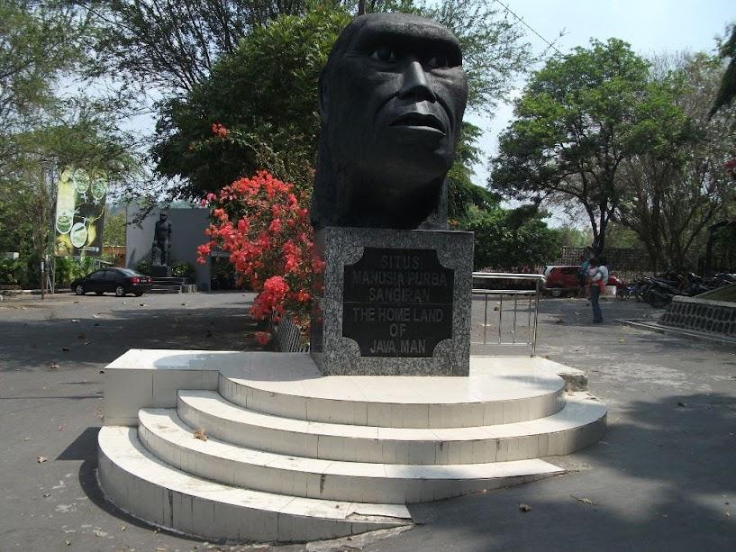 Monumen Selamat Datang di Museum Manusia Purba Sangiran