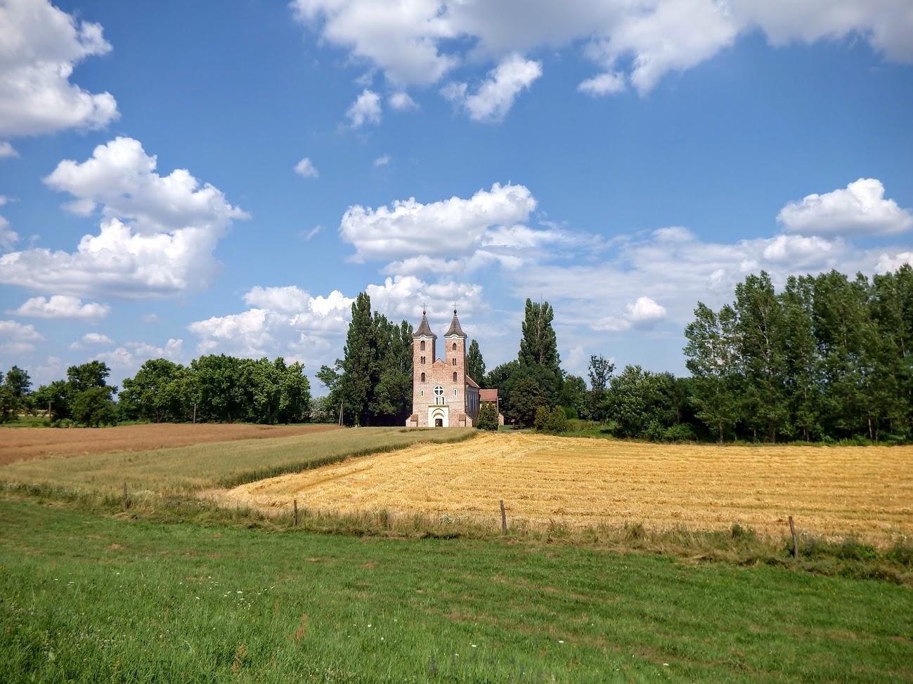 Árpás - Árpád-kori Szent Jakab templom a keresztúttal, Dombiföld