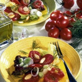 Tomatensalat mit Salzmandeln.