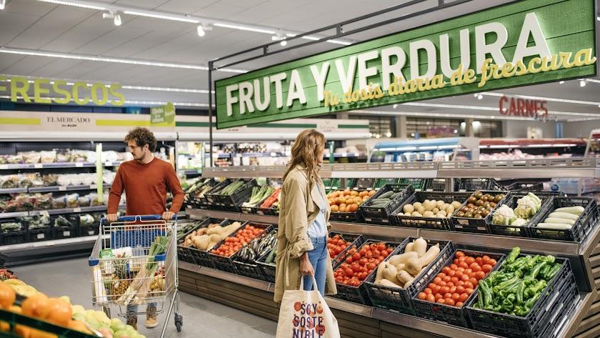 Zona de frutas y verduras en un supermercado.