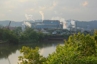 Photo: En sortant de Pittsburg, nous apercevons cette grosse usine, survivante du passé industriel de la ville.