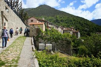 Photo: Descente vers une des nombreuses chapelles entourant Clans ...