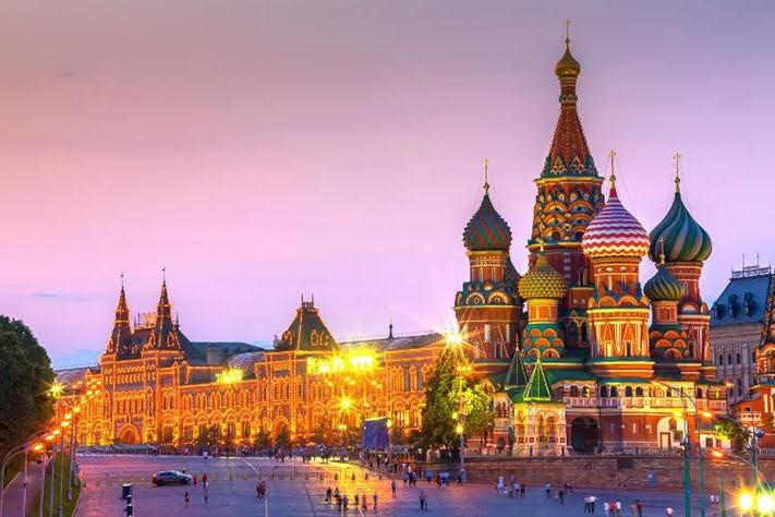 Điện Kremlin trang nghiêm và Quảng trường Đỏ – một trong những quảng trường lớn nhất thế giới