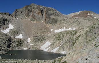 Photo: Varios ibones y algunas zonas con aún nieve del invierno, nos acompañarán gran parte de nuestro recorrido.