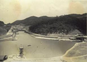 Photo: Construção do lago do Palácio Quitandinha no formato do Mapa do Brasil. À esquerda, a construção do farol, que localizaria no mapa a Ilha de Marajó. Foto da década de 40