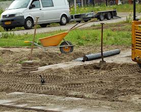 Photo: Bij de toekomstige informatietuin die naast het complex wordt aangelegd gaan 2 waterhoentjes op onderzoek.