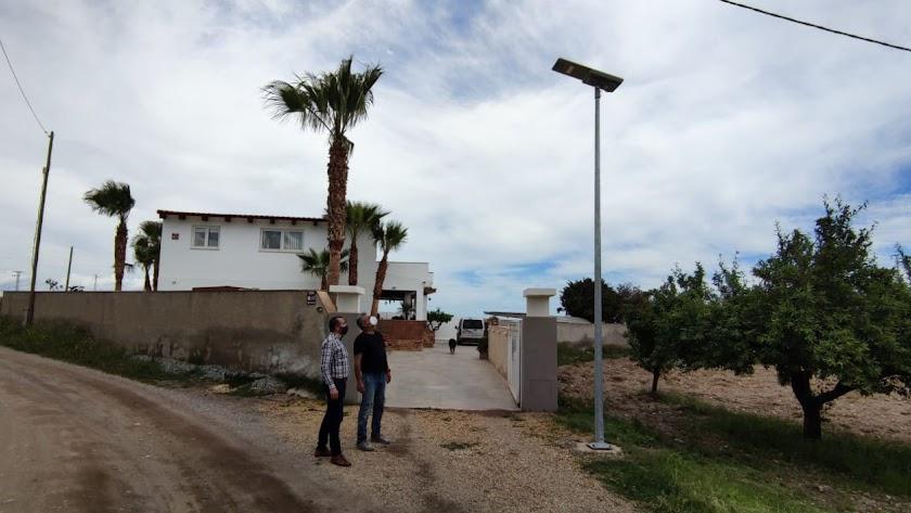 El concejal de Servicios junto a un vecino en una de las farolas instaladas.