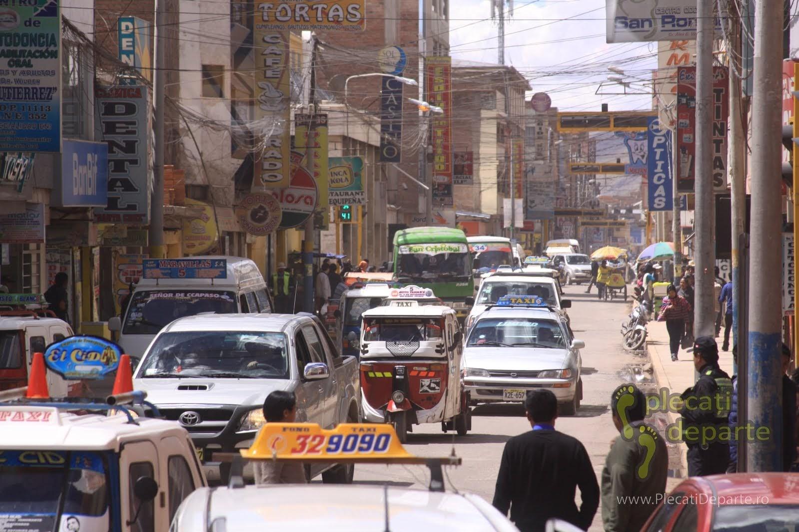 strada aglomerata cu masini in orasul Puno, pe malul Lacului Titicaca, la 4000m in Peru