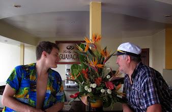 Photo: В лобби цветочки нюхаем. Мамик дала установку - нюхать цветочки.