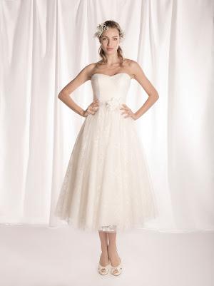 Robe de mariée mi-longue Fraise, style rétro, bustier coeur drapé croisé, en tulle et dentelle fine, la taille soulignée par une ceinture en satin et une fleur en satin, pour mariage civil
