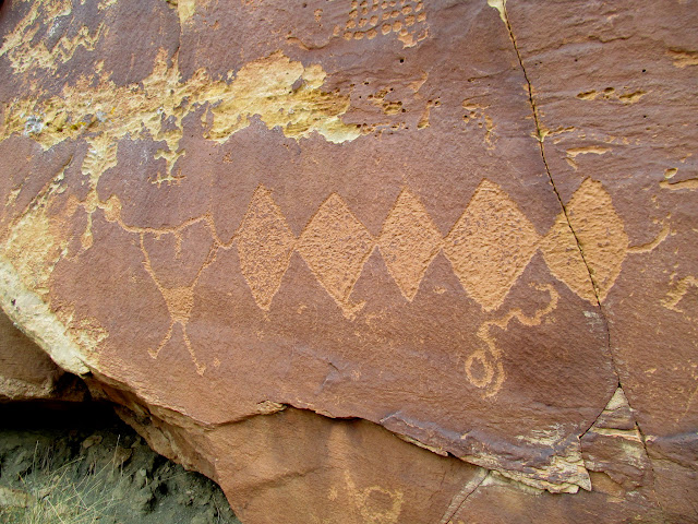 Diamonds and other petroglyph figures
