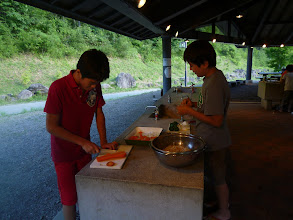 Photo: 焼きそば具材の切り方について語る二人。