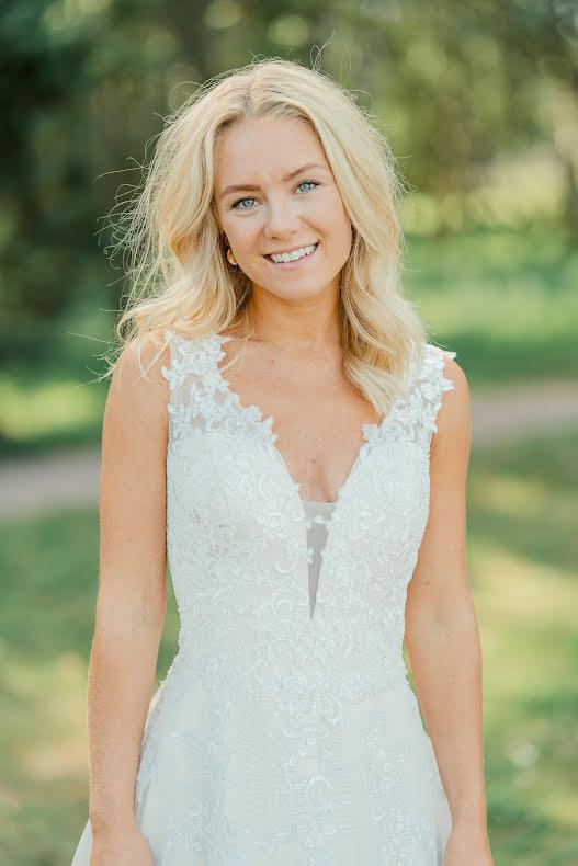 Vacker brudklänning i champagne med fint fallande spets ner i kjolen