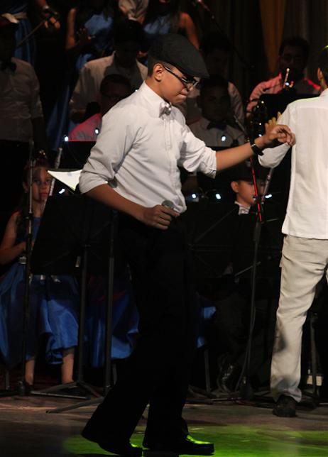 """En el marco del 132 aniversario del Teatro Baralt debutó la Orquesta LatinoCaribeña Infantil del Zulia, el evento inicio con la canción """"Llegó la banda"""" a cargo de Ricardo Gotopo."""