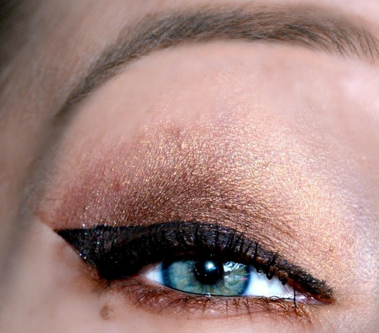 Augenmakeup Eyeliner, schimmer Braun Lidschatten, grau blau Augen