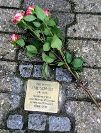 Rote Rosen am Stolperstein.