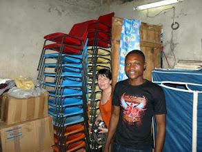 Photo: Donatien est content de nous montrer les chaises d'Isigny qui serviront lors des formations...