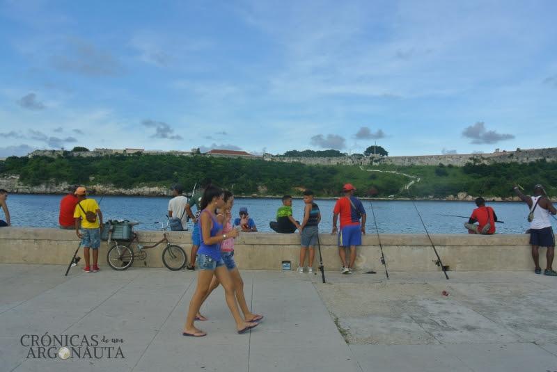 Pescadores en el maleón de la Habana
