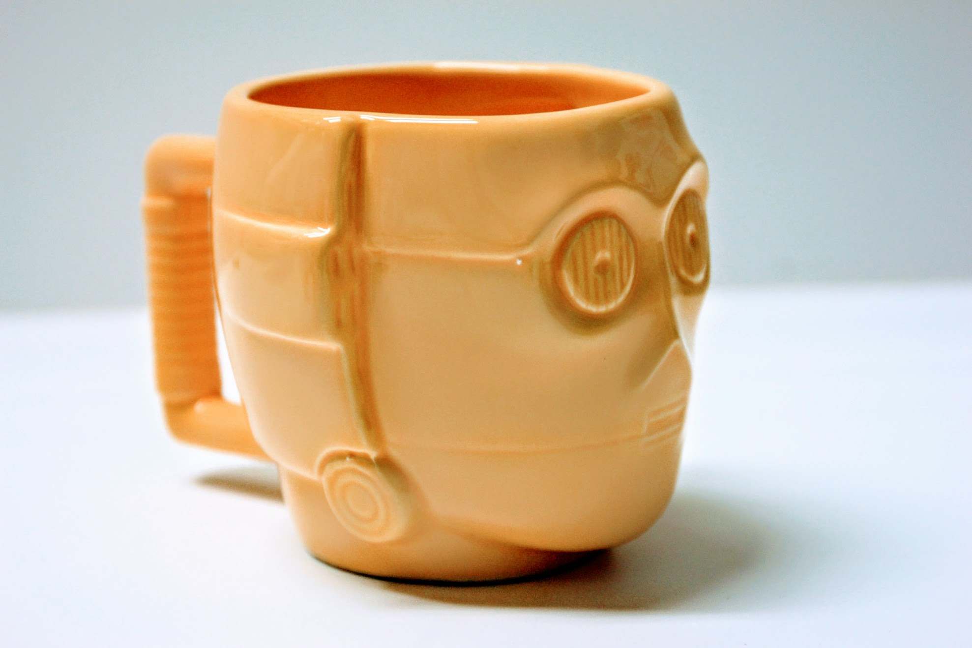 C3PO馬克杯,老實說我覺得著個放在桌上很驚悚,一雙眼睛瞪著你~瞪著你~~