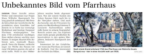 Photo: DARGUN. Diese Ansicht seines Wohn- und Amtssitzes war Propst Klaus Wilhelm Hasenpusch bislang gänzlich unbekannt: Mit Freude betrachtet der Geistliche die Reproduktion eines Gemäldes. Auf diesem ist in Farbe das vormalige Röcknitzer und heutige Darguner Pfarrhaus wiedergegeben. Vor dem 1750 errichteten wuchtigen Haus stehen ebenso wuchtig zwei Bäume. Denn die Bäume, vielleicht sogar zur Weihe des Hauses vor rund 250 Jahren gesetzt, die sah er nicht mehr. Wohl in den 1960er-Jahren wurden beide abgenommen. Nur der untere Stamm des linken Baumes blieb noch bis in die 70er-Jahre stehen. Und auch das barocke, von der Prinzessin Augusta von Mecklenburg-Güstrow finanzierte Fachwerkhaus selbst sieht heute in seinem Frontgiebel-Bereich anders aus. Das Ergebnis einer nicht gerade glücklichen Rekonstruktionin den späten 90er-Jahren, bedauert Hasenpusch den Verlust. (Nordkurier Zeitung f.d. Mecklenburger Schweiz)