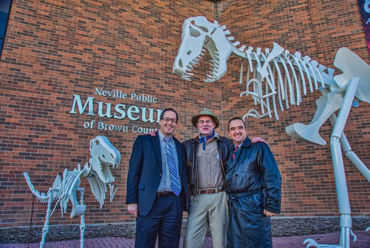 https://upload.wikimedia.org/wikipedia/commons/6/65/Neville_Public_Museum_Dinosaur_Sculpture_Re-dedication.JPG