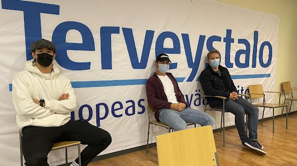 Pelicans-pelaajat Alex Lindroos, Sakke Hämäläinen ja Joonas Jalvanti hakivat 2. rokotteensa elokuussa Terveystalosta.