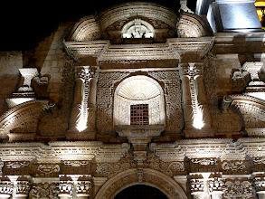 Photo: die Fassade im abendlichen Lichterglanz