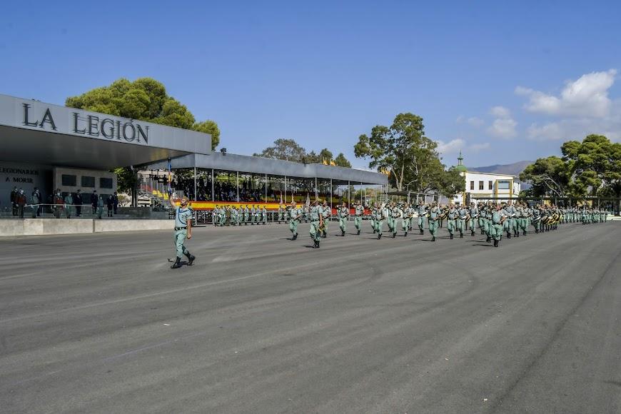 Desfile a pie frente a la tribuna presidencial por parte de las unidades participantes.