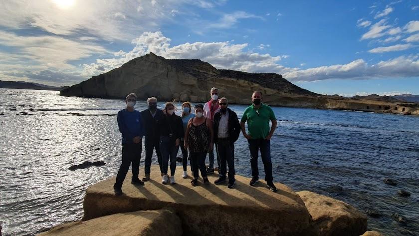 Fotografía de los visitantes en la playa de Cocedores