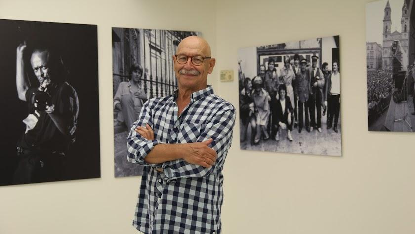 Pablo Juliá con varias fotografías de la exposición 'Otros Tiempos', en el Centro Fundación Unicaja