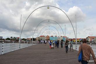 Photo: Puente flotante que une Otrobanda con Punda