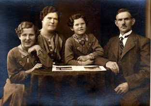 """Photo: """"Fællesskov"""", Vrå,  Johanne og Marinus med pigerne Magda og Gerda"""