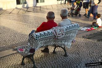 Photo: 4: Aquí hay un banquito con una funda monísima de croché... y ¡premio! hemos encontrado un Tuk-Tuk que nos va a hacer el primer acercamiento por Coimbra.
