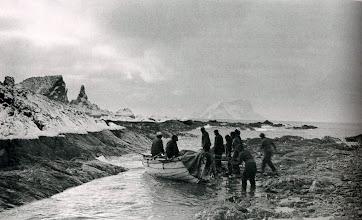 Photo: Primer desembarco en la isla Elefante: 15 abril de 1915: tierra firme, después de 497 días en el hielo sobre el mar.