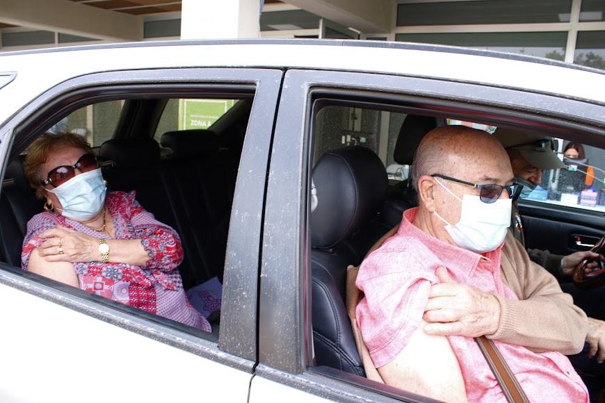 Residentes almerienses tras recibir su vacuna.