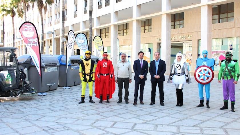 El alcalde de El Ejido junto a los \'Súper Recicladores\'.