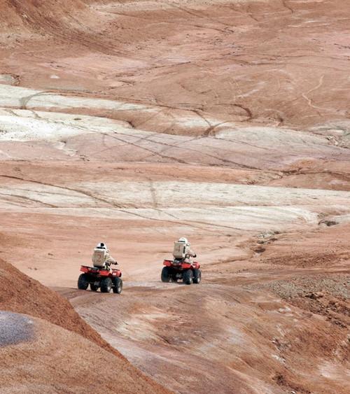 Thành viên đội nghiên lứu lái xe thám hiểm trên địa hình của sao Hỏa giả định.