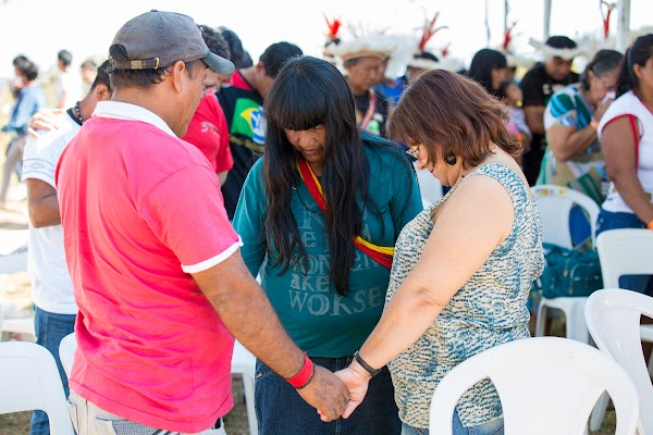 Indigenous and Brazilians pray together.