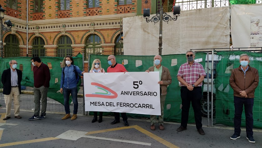 Integrantes de la Mesa del Ferrocarril con una pancarta.