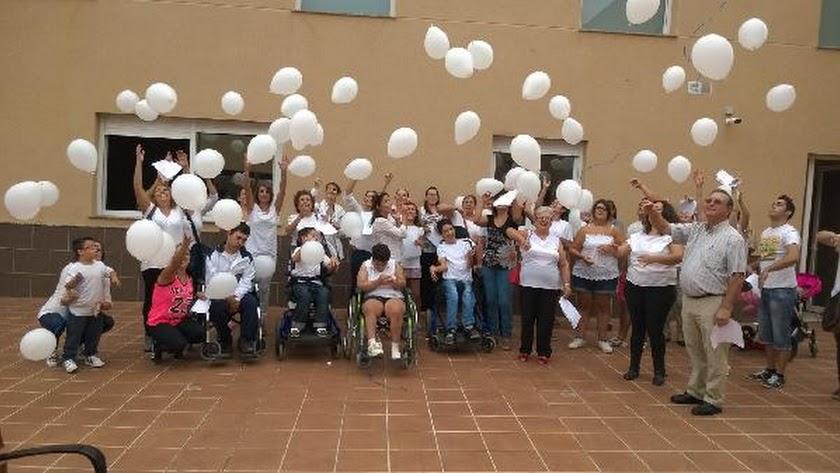 Los trabajadores y voluntarios del centro de Roquetas de Mar han realizado una concentración y poste