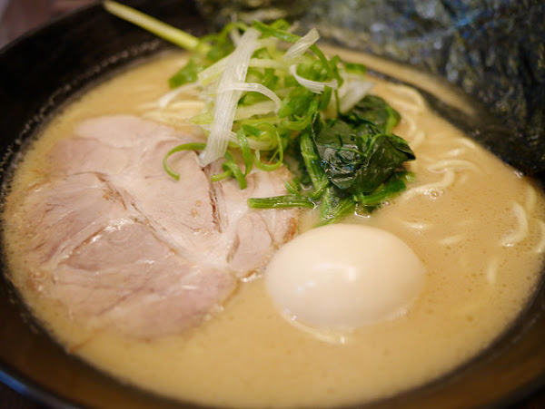 橫濱家系拉麵 特濃屋,招牌濃厚豚骨拉麵,現炸雞塊好好吃! 叉燒肉還可選五花肉或梅花肉唷~