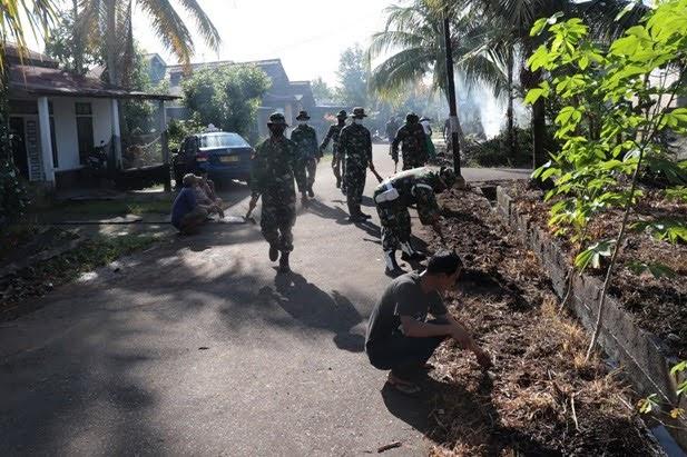 Jaga Kebersihan dan Jalin Silatruahmi, Zidam XII/Tpr Menggelar Kerja Bakti Membersihkan Parit dan Jalan, di Komplek Hosana Grasia