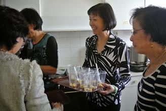 """Photo: Minh Tam va servir """"chè sâm bo luong"""""""